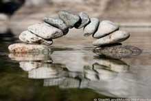 Foto Steinbrücke im Wasser